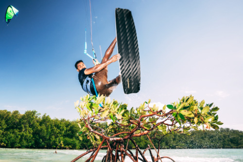 Posito Martinez springt mit dem Elite III Kiteboard von CrazyFly
